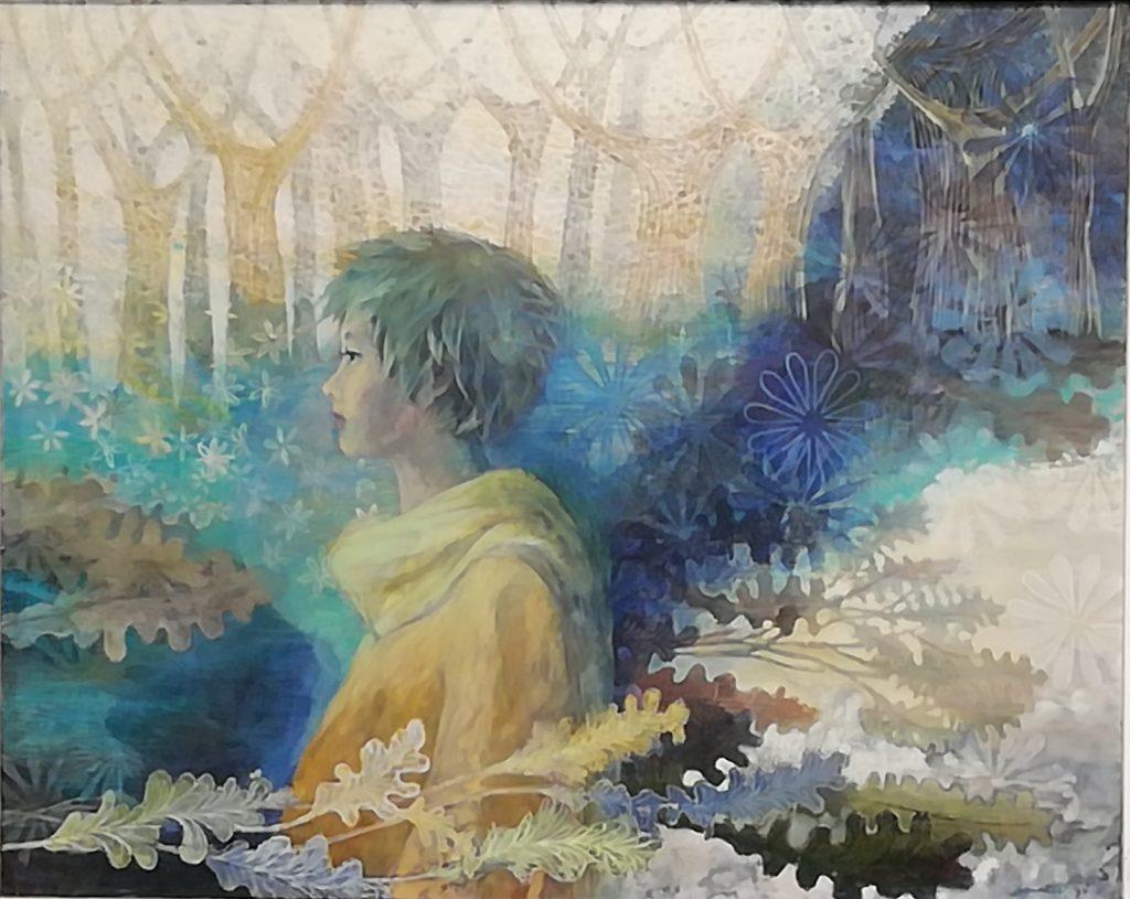 Unenomainen kuva, jossa tyttö katsoo kaukaisuuteen, taustalla puita ja edustalla tammenlehtiä.