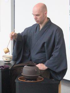 Teeopettaja Markku Peltola valmistaa teetä.