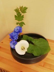 kukkia aseteltuna laakeassa maljakossa